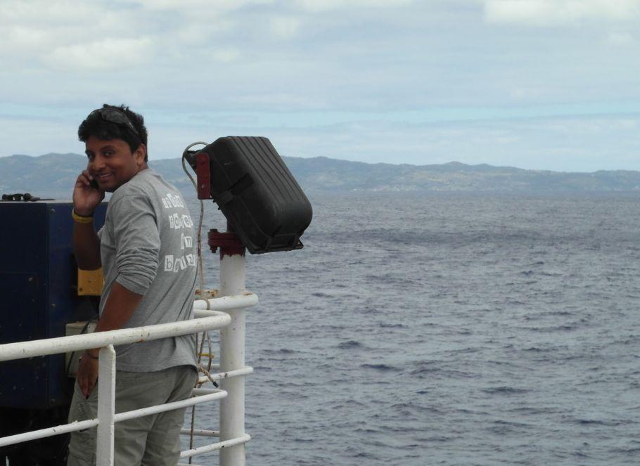 Notre collègue Olivier profite du passage à proximité de Rodrigues, son île natale, pour capter le réseau mobile et passer un appel téléphonique. (Rodrigues se situe à 500 km à l'est de l'île Maurice et abrite 33 000 habitants). (Photo : Karin Sigloch)