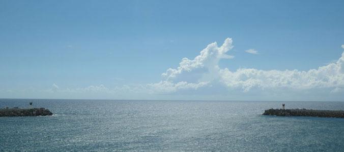 Blick auf den Indischen Ozean von Le Port de la Réunion.